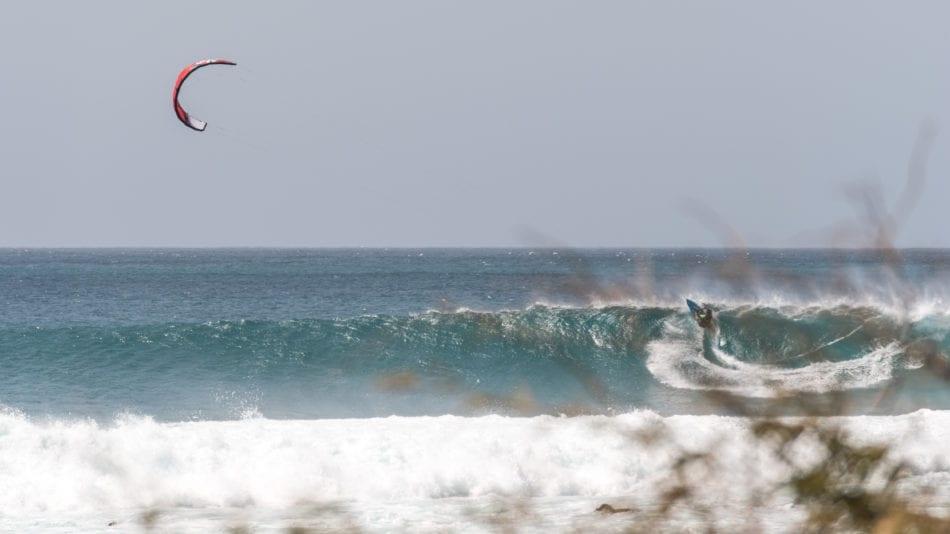 Paulino en plein action dans les vagues du Cap Vert avec sa Enduro V2  JKS
