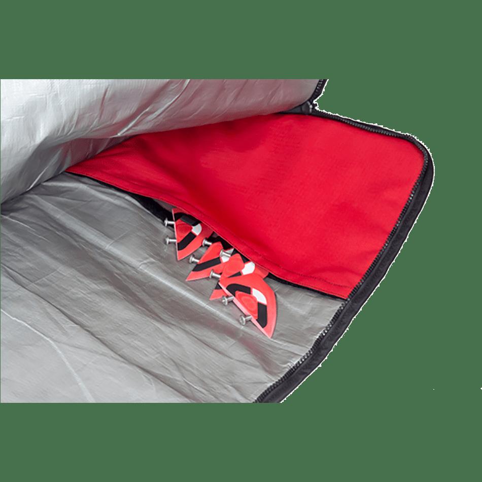Poches internes pratiques pour ranger les ailerons lors des voyages sur la housse de twin-tip Ozone Kites vendu par JKS
